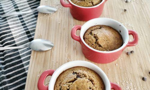 gateaux au yaourts au pépites de chocolat dans des petites cassolettes rouges