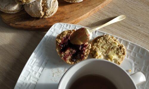 thé et scones ig bas pour un petit déjeuner équilibré