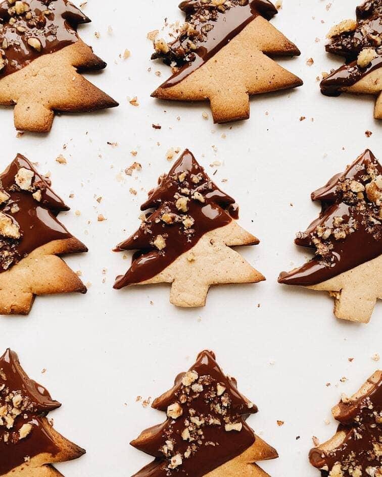 biscuits de noel  healthy décorés avec du chocoalt et des éclats de noisettes