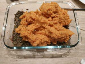couche de purée de patates douces dans le montage du hachis parmentier végétarien